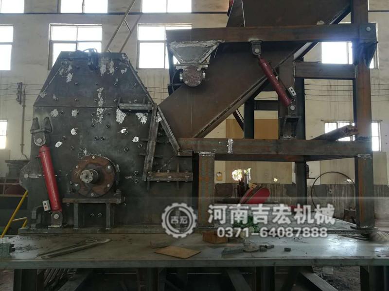 粉铁机是一种专业破碎金属废品的设备,该粉铁机可以将大量金属物料破碎成大小理想的颗粒,从而大大方便运输、加工和减少运输成本,更便于炼钢投料领域,主要用于大型的废品回收站和废旧金属回收公司。目前我国各地区生产粉铁机的厂家逐渐增多,不同的厂家提供的粉铁机设备质量层次不一、价格高低不等,大家在选购设备时都比较关注大型粉铁机多少钱,粉铁机价格高低受多种因素共同影响,大家若想获取大型粉铁机具体报价,还是应该对这些影响粉铁机价格高低的因素进行分析,最后通过多家进行比较之后,在做出最合适的选择,所以下面就由经验丰富的专业
